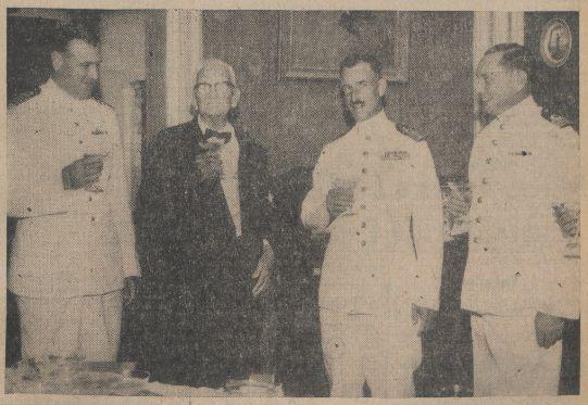 C.N. (Shon Cai) Winkel, met rechts kolonel V.J.L. Blom, commandant der mariniers der N.A., en links commandeur A.J. de Graaff, commandant van de zeemacht der N.A. en de kapitein-luitenant A. Krijger, commandant van de basis Parera tijdens een heildronk op de jarige kolonel Winkel  commandant der V.K.C. in zijn woonhuis op Scharloo, Amigoe 16-01-1958.