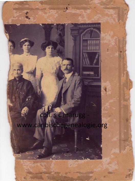 H.G.M. Neuman-Lauffer met v.l.n.r. haar dochter Maria Hermina, dochter Jannetje Magdalena, schoondochter Zoila del Castillo en zoon Willem Tell Neuman. Fotograaf Soublette & Fils, ca. 1911. Op het ontbrekende deel van de foto stonden ongetwijfeld de andere twee zoons
