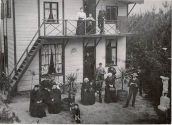 Groepsportret voor het boshuis in het Ulvenhoutsebos van wonderdokter Colson, ca. 1905-1915 (Breda Beeldcollectie)